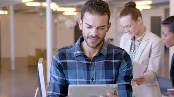 gente de negocios trabajando juntos video
