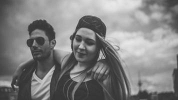 pareja hipster caminando juntos