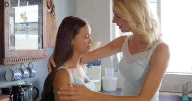 mulher confortando sua amiga chateada video