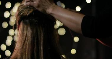 cabello cayendo en cámara lenta en el estudio de peluquería.