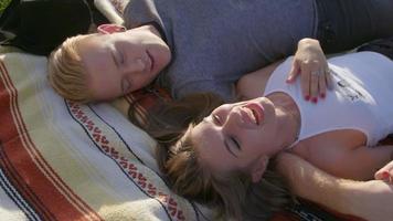 casal fofo deitado junto