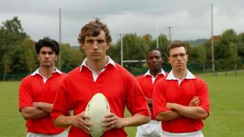 Rugbyspieler stehen zusammen video