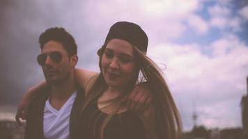 coppia hipster che camminano insieme video