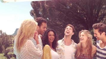 amigos felizes rindo juntos video