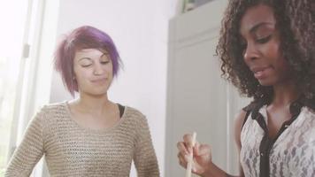 jovens namoradas cozinhando juntas video