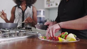 jovem casal cozinhando juntos video
