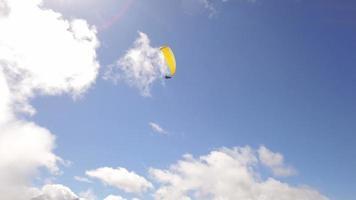Parapente sobre las montañas de los Alpes contra el cielo azul soleado video