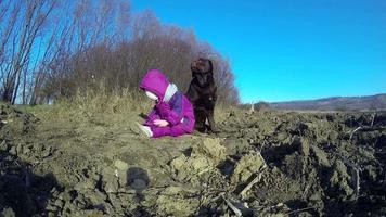 menina brincando com um labrador retriever marrom no inverno
