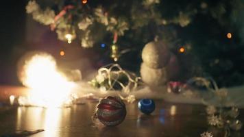 giocattoli di Natale sdraiato sul pavimento