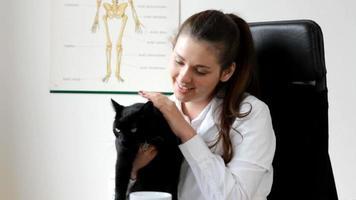 jovem veterinária com gato preto