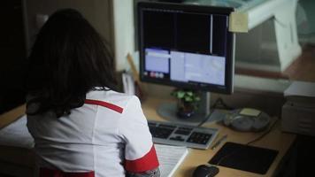 Ärztin, die die Ergebnisse eines CT-Scanners untersucht video