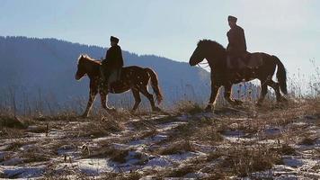 Silhouetten von Reitern.