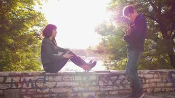 jovem casal despreocupado