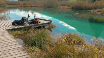 acostado junto a un hermoso lago en otoño