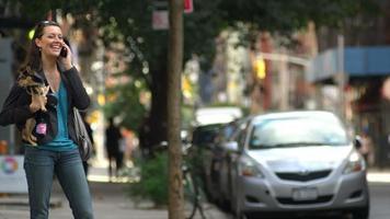donna parla al telefono mentre attraversa la strada video