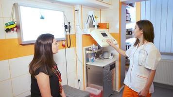 optimistischer Patient, der mit Arzt auf Röntgenbild schaut video