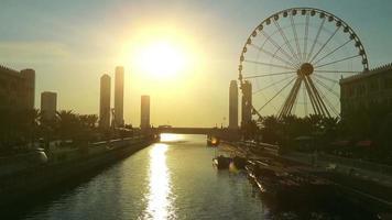 Canal Al Qasba y noria en la ciudad de Sharjah, Emiratos Árabes Unidos