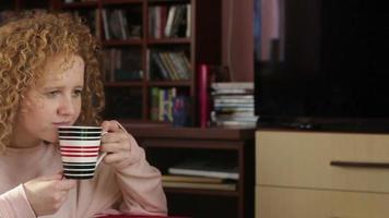 giovane donna che beve caffè, tiro di rilevamento