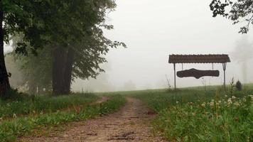 Kleinstadtschild im nebligen Wald