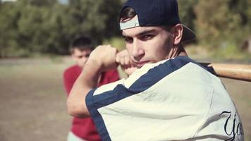 frappeur devant receveur pendant un match de baseball video