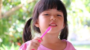 jolie petite fille asiatique se brosser les dents video