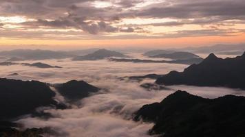 timelapse di sole sulla nebbia mattutina a phu chee fah, chiangrai, thailandia