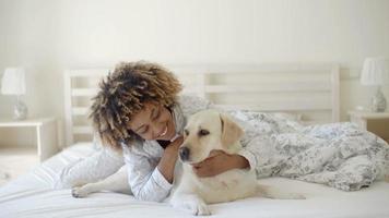 mulher está segurando um cachorro na cama video