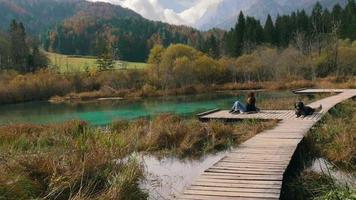 una ragazza seduta sul bellissimo lago con il suo dom