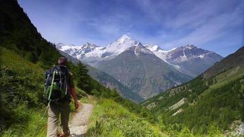 senderismo en las montañas suizas