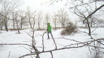Männchen läuft mit Beagle-Welpen im Winterpark