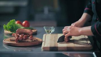 tagliare le salsicce su un tagliere