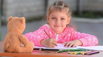 menina de cinco anos ergueu os olhos do desenho e olhou para a moldura