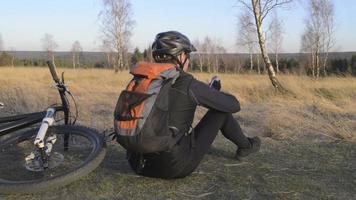 Biker benutzt sein Handy und sendet eine SMS video