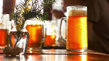 frisch gegossenes großes Bier mit Schaum video