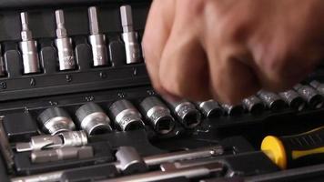 caixa com kit de ferramentas para mecânica automotiva video