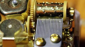 Primer plano de la caja de música del funcionamiento interno