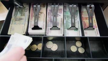 banconote russe nel cassetto del registratore di cassa