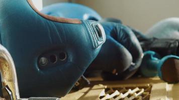 equipo para boxeo, casco, mancuernas, guantes