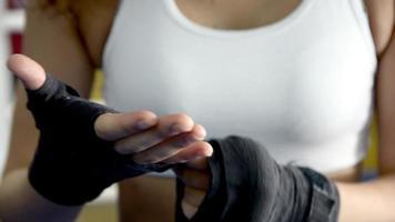 boxeador, mujer, poniendo, envuelve, caja, vendas