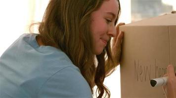 """niña bonita escribiendo nuevo comienzo """"en una caja"""""""