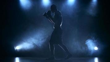 boxeador esportista concentra a atenção antes da luta. silhueta video