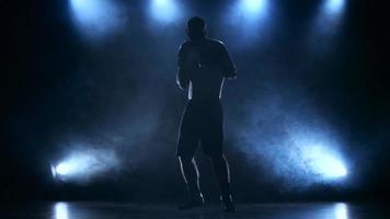 boxeador concentra a atenção antes da luta. silhueta video