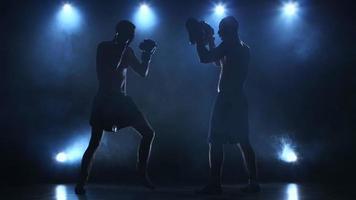 Coaching von zwei Boxern vor einem wichtigen Kampf video