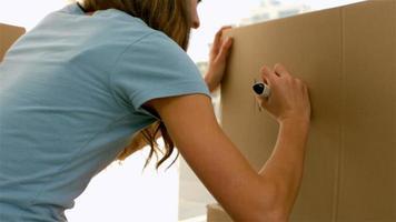 menina bonita escrevendo em uma caixa video