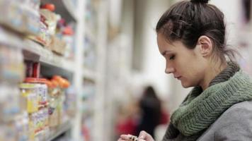 jovem escolhe papinha no supermercado video