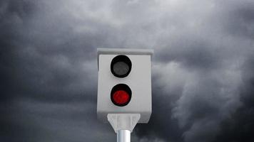 Boîte de vitesse radar faisant un flash rouge devant des nuages gris