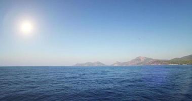 viajando sobre o oceano em um dia ensolarado