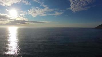 imagens aéreas da praia em lofoten sob o sol da meia-noite. video