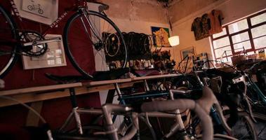 establecimiento de toma de cámara lenta de tienda de bicicletas video