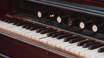 teclado de órgano antiguo - plano medio video